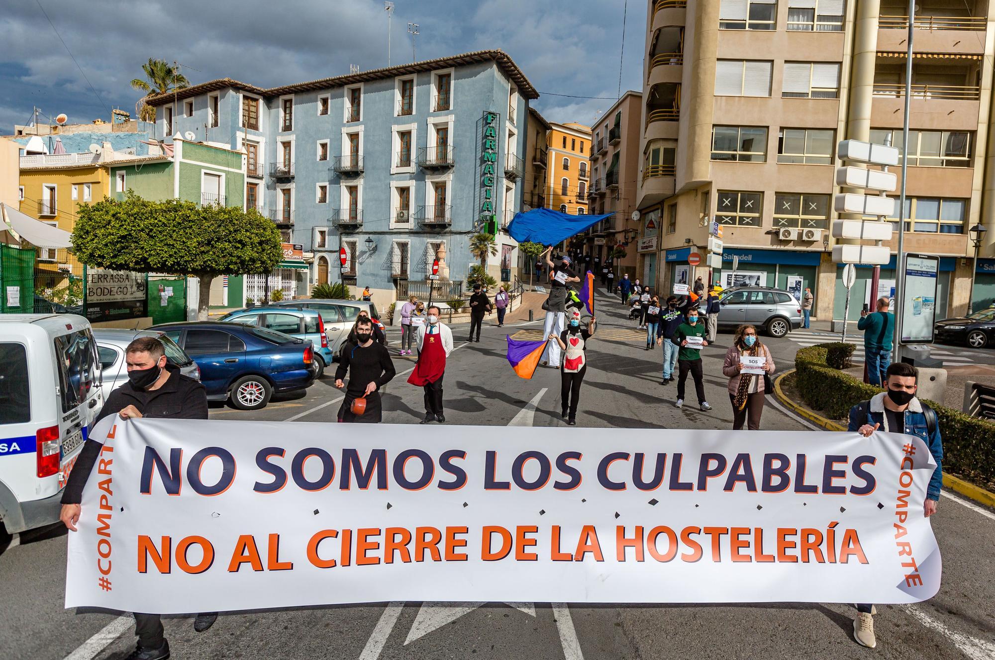 Cerca de 500 personas se manifiestan en La Vila contra el nuevo cierre de la hostelería y la falta de ayudas