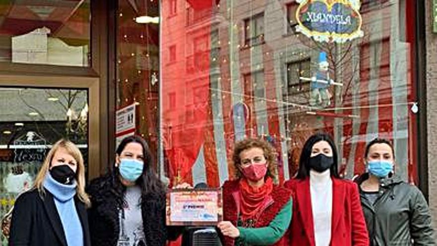 La peluquería de Carlos Pérez gana el concurso de adornos navideños