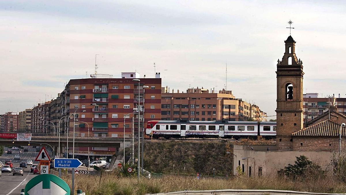 Las vías del tren a su paso por el barrio de San Isidro. | F. B.