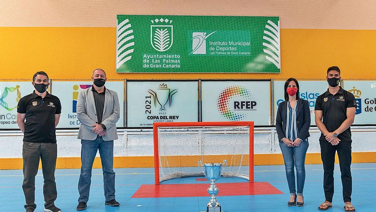 Alejandro Molina, Francisco Castellano, Nayra González y Andreu Tomàs -de izquierda a derecha-, ayer junto al trofeo. | | LP/DLP