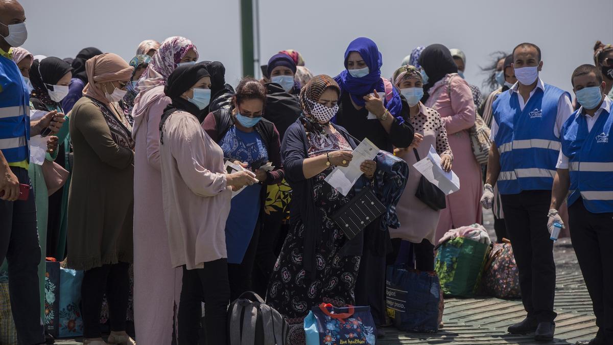 Temporeras marroquíes esperando entrar en España.