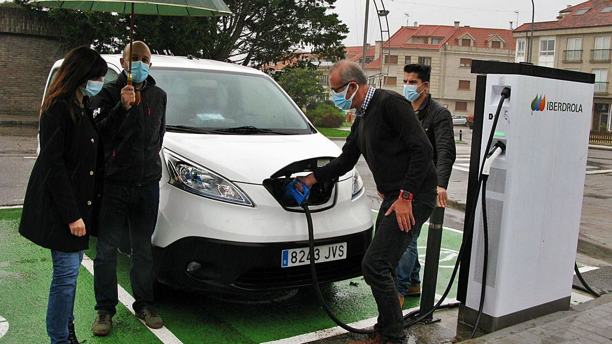 El alcalde enchufa una furgoneta eléctrica municipal en la nueva electrolinera de Panxón.