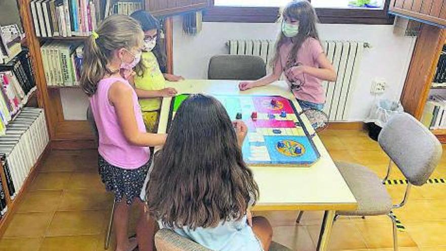 Juegos de mesa reciclados para una tarde de diversión en Sant Josep