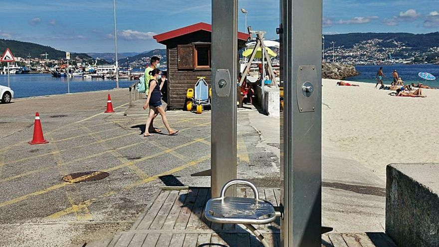Sanidade exige desinfectar duchas y aseos en playas y Cangas los cierra por falta de medios
