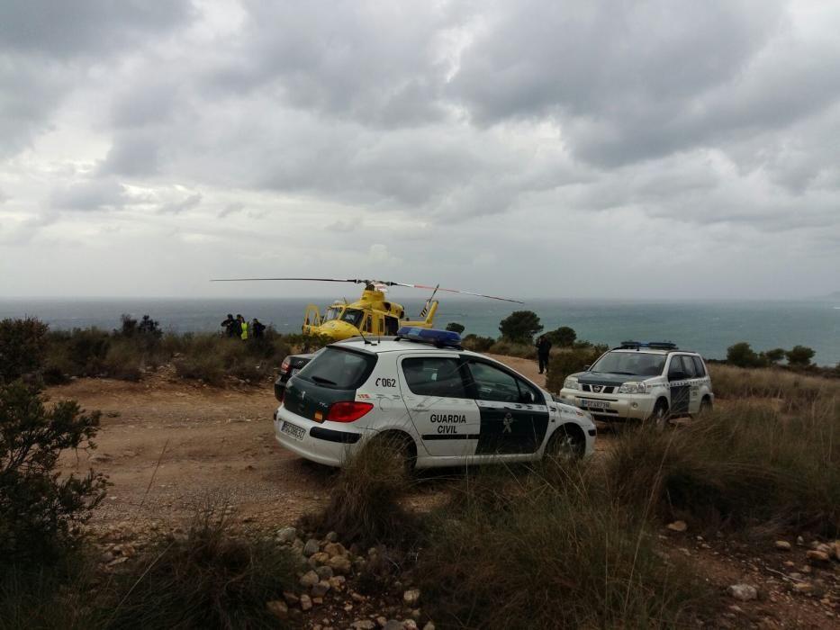 Los bomberos y la Guardia Civil recogen el cuerpo del fallecido en Finestrat
