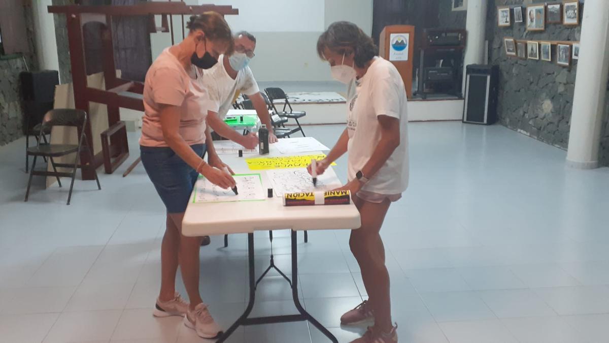 Vecinos trabajan en Taganana en la elaboración de pancartas para reclamar un segundo puente en San Andrés.