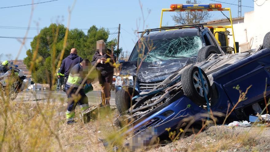 Conmoción en Pinoso tras la muerte de una joven de 22 años al volcar su coche en un accidente