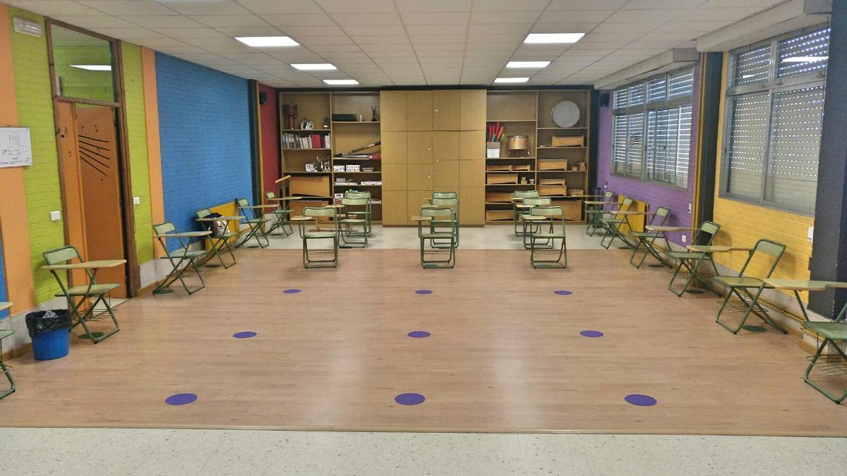 Un aula vacía del CEIP Seara con las mesas manteniendo las distancias.