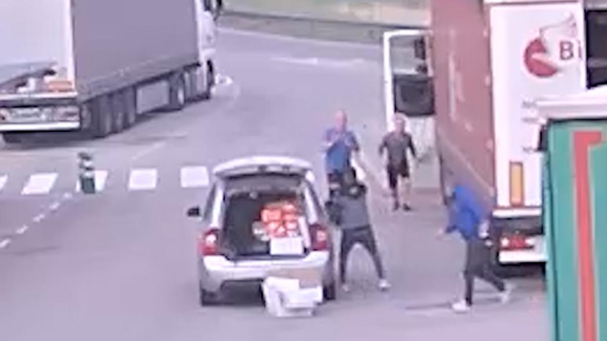 Plan general de & # 039; una de las cámaras de seguridad donde se & # 039; observa el momento del robo
