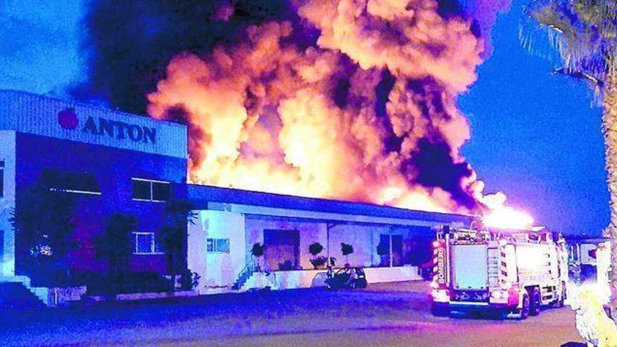 Arde en Burriana la zona de almacén y las cámaras de una empresa de cítricos