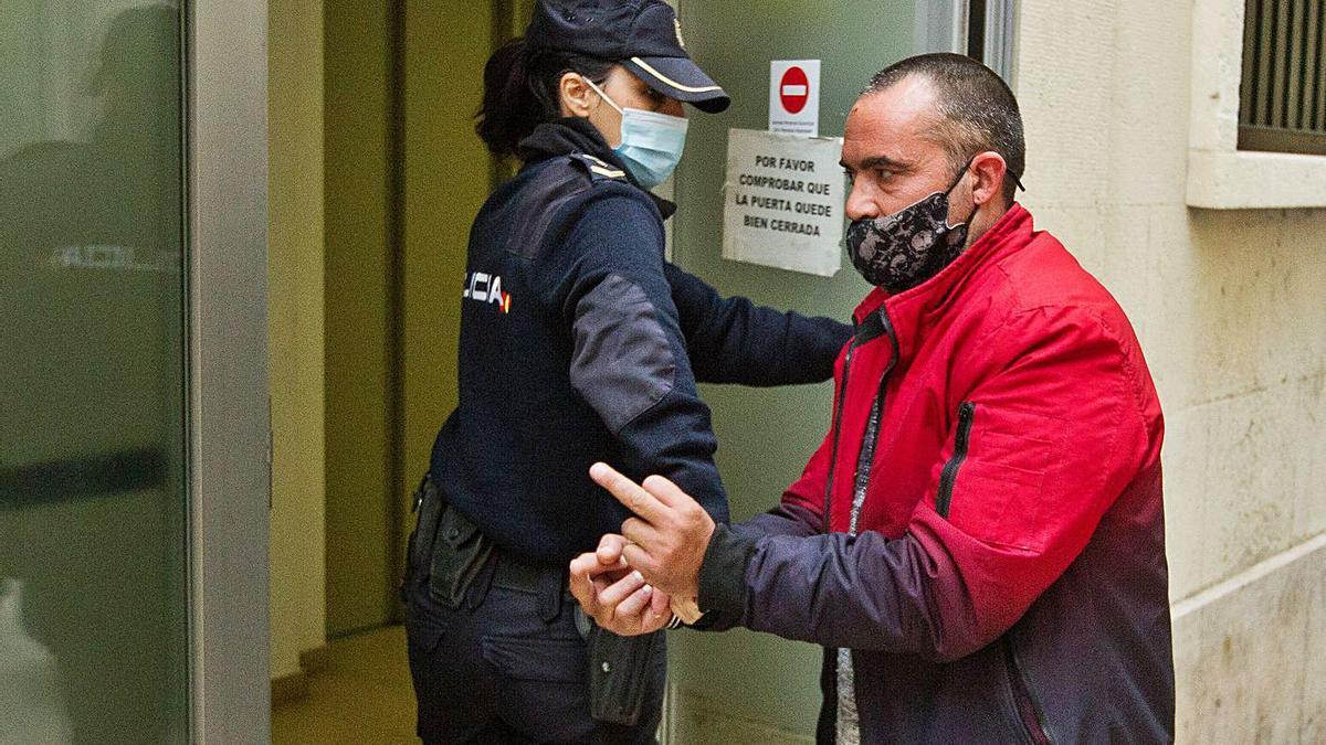 El acusado al llegar ayer a la Audiencia Provincial de Alicante.  