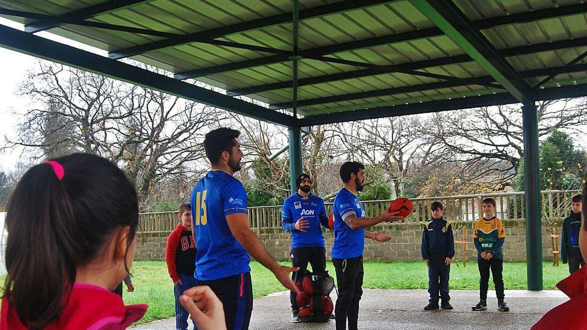 Actividad deportiva en el patio del colegio público de Noreña.