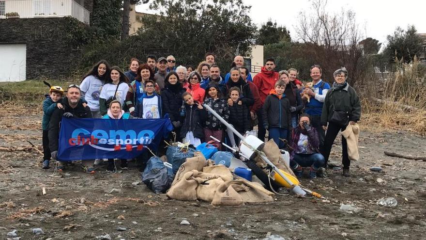 La neteja de platges a Llançà rep voluntaris de diversos municipis