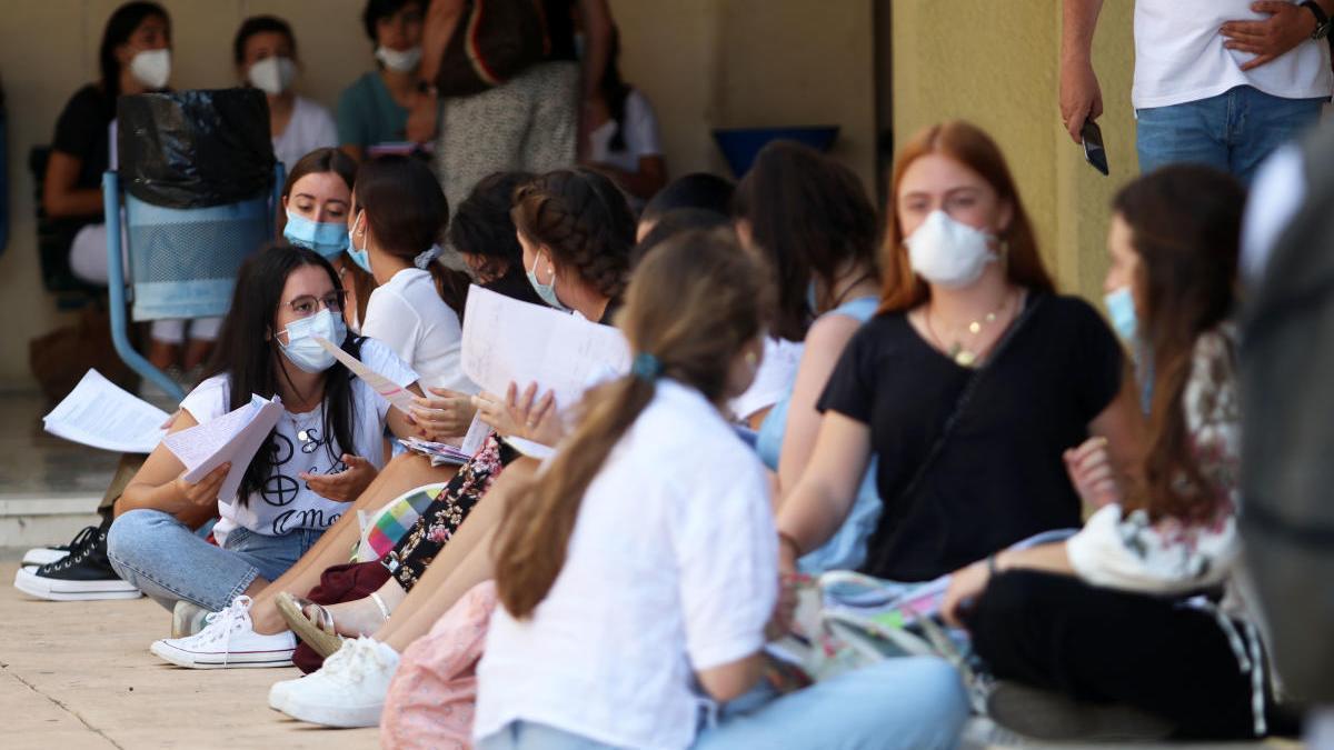 Estudiantes en la facultad de Medicina con sus mascarillas la pasada semana que se celebraron las pruebas de acceso a la Universidad