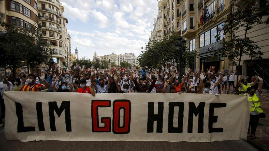 Un centenar de valencianistas protesta contra Lim con guantes blancos