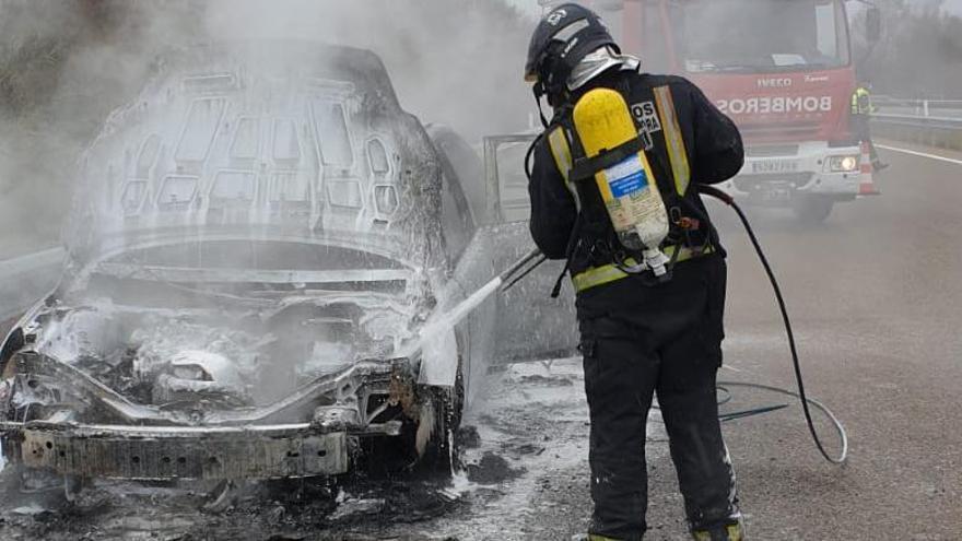 Los bomberos de Rionegro apagan un coche incendiado en la autovía A-52