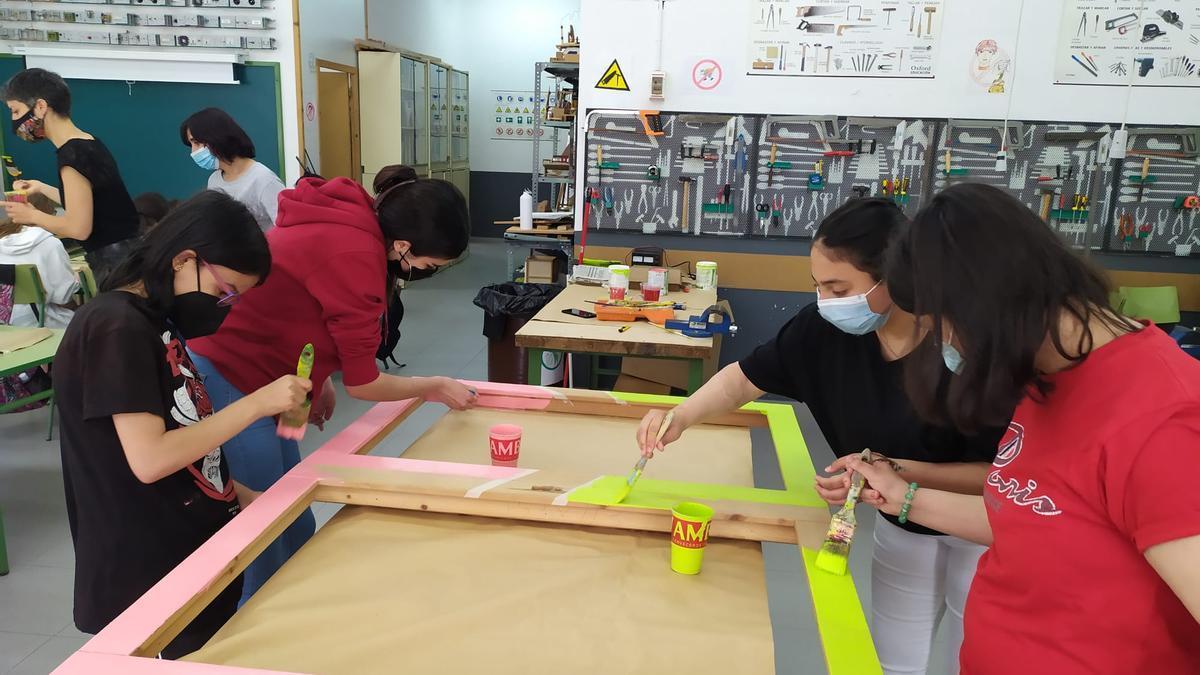 Alumnas de 3º de ESO del IES Pablo Gargallo de Zaragoza fabrican una de las ventanas del proyecto en el aula de Tecnología.