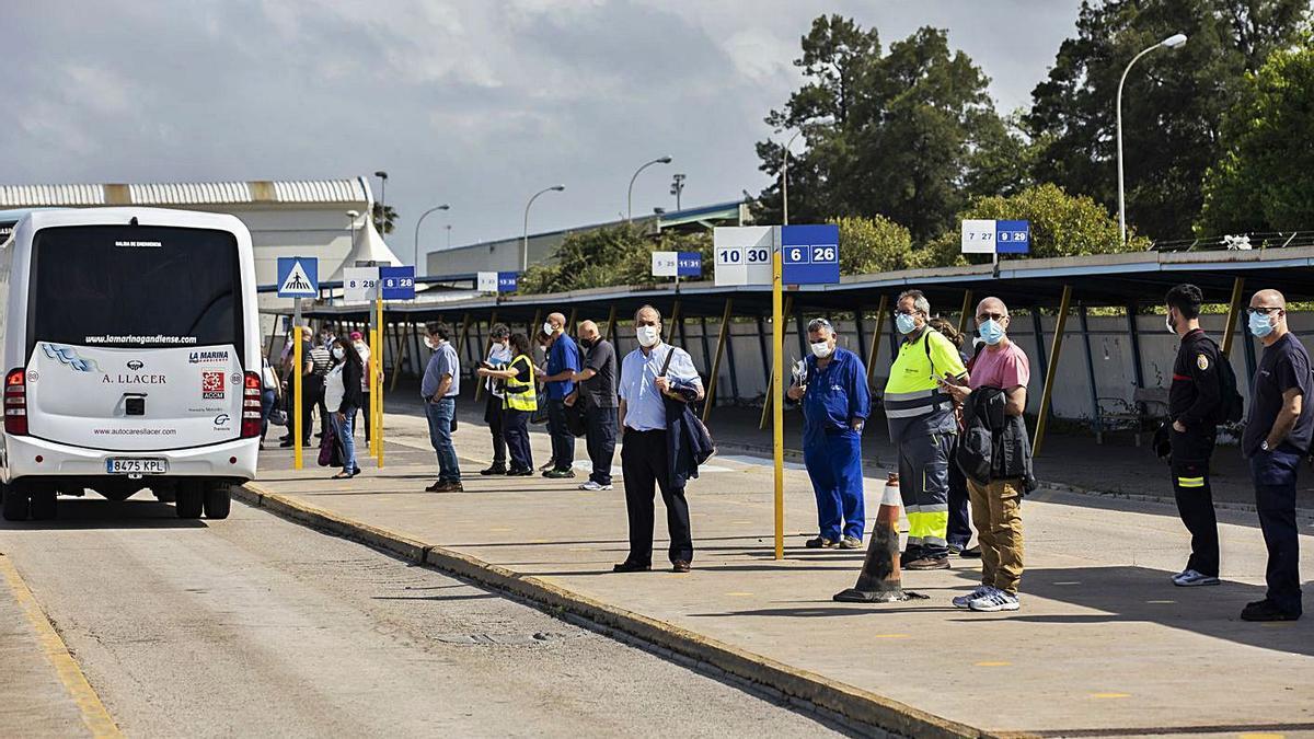 Salida de trabajadores de la factoría de Ford en Almussafes, ayer tarde. | GERMÁN CABALLERO