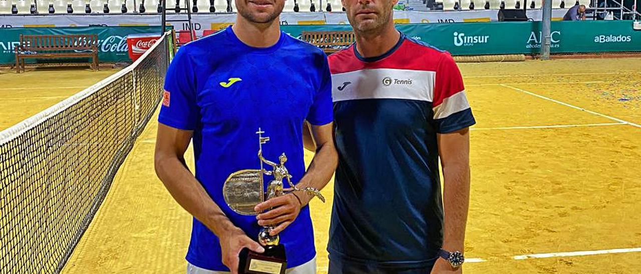 Pedro Martínez junto a su entrenador, Daniel Gimeno-Traver. | LEVANTE-EMV