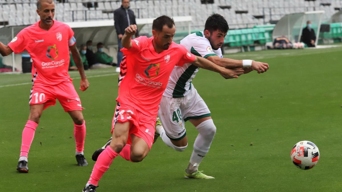 Puga pelea el balón con López Silva