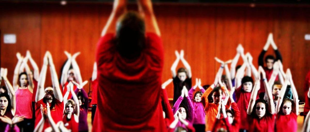 Fotograma de Five days to  dance y un momento del   rodaje. suicafilms