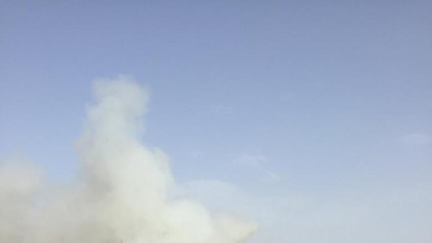 Un incendio en las inmediaciones de dos empresas y una gasolinera en Sax