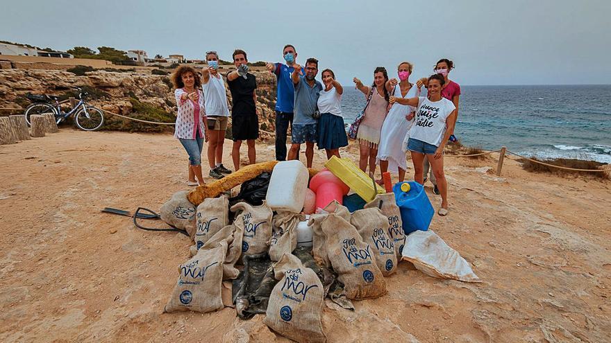 'La Gira del mar' llega a Formentera para limpiar Cala en Baster