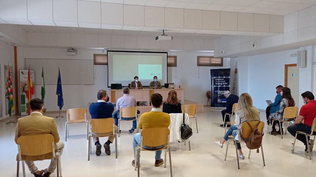 Sesión de la mesa de trabajo sobre turismo en el Centro Municipal Integrado de Cabra.