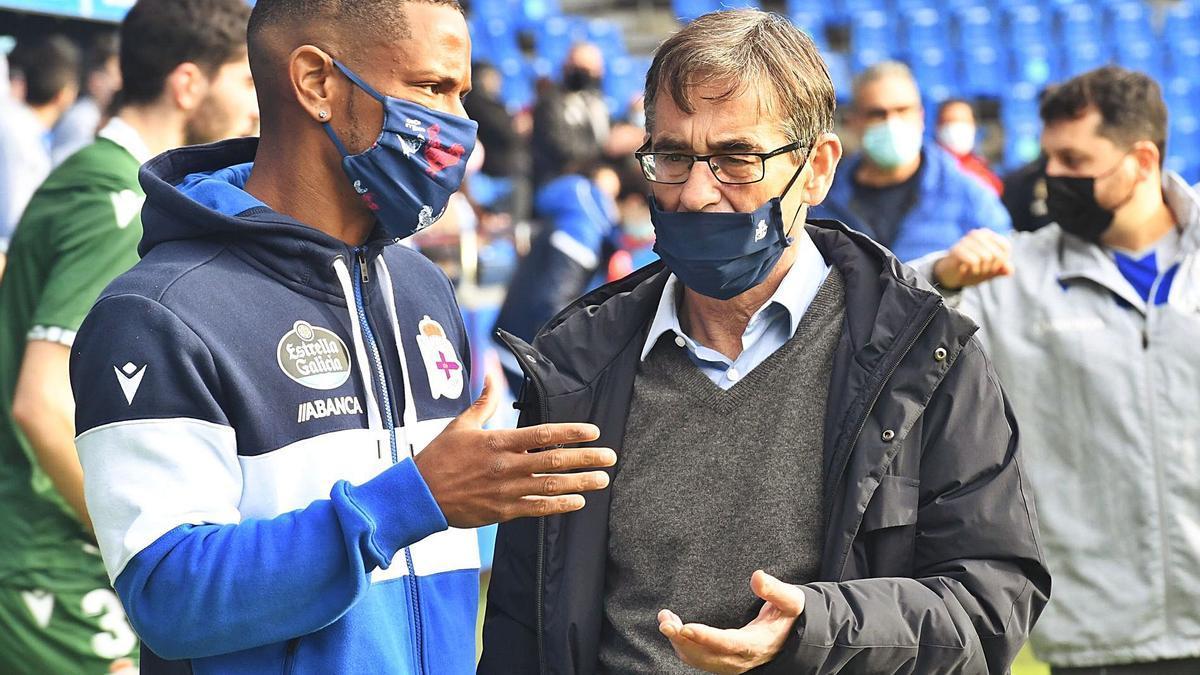 Fernando Vázquez habla con Beauvue en el partido del Teresa Herrera. |  // CARLOS PARDELLAS