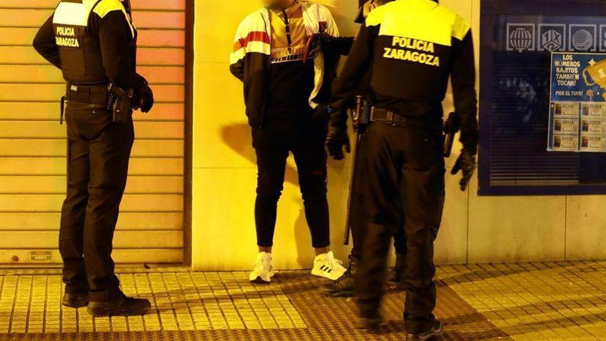 Amenaza a una joven con una botella tras tocarle el culo en un bar de Zaragoza