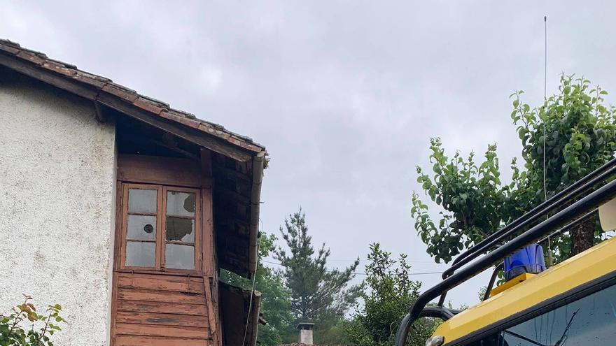 Incendio en el tejado de una casa de Soto de Cangas