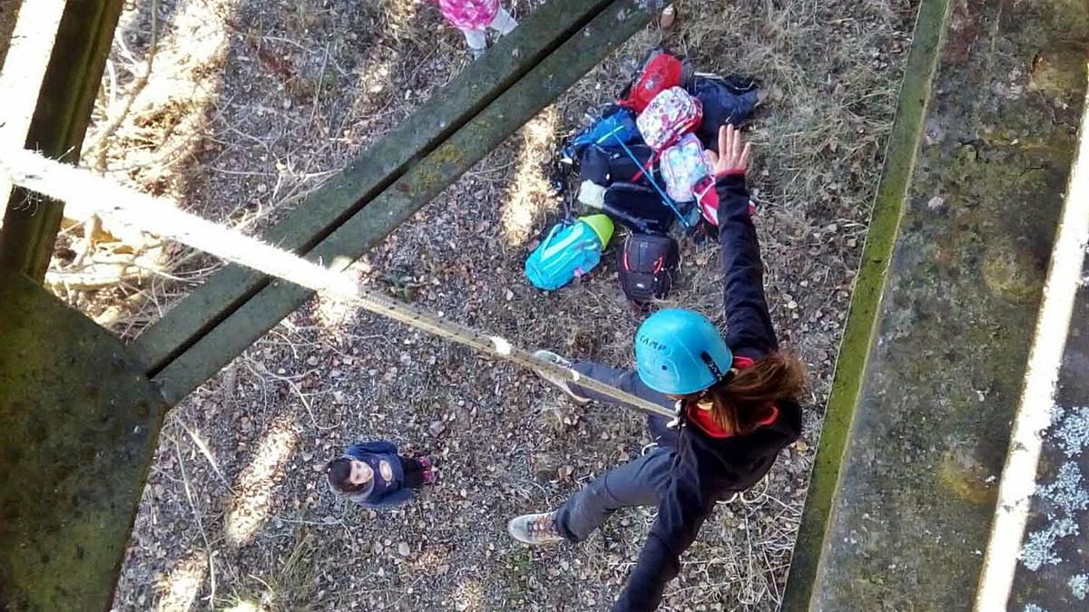 Un par de niñas en la Escuela Municipal de Deporte en la Naturaleza. | E. P.