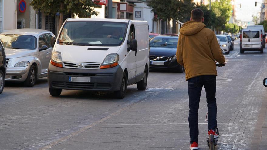 Le roban su patinete y queda herido grave en València