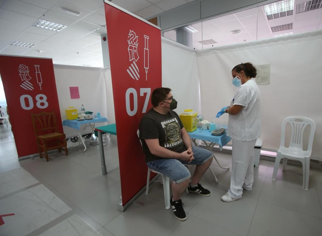 Comienza la inmunización de los veinteañeros en los vacunódromos