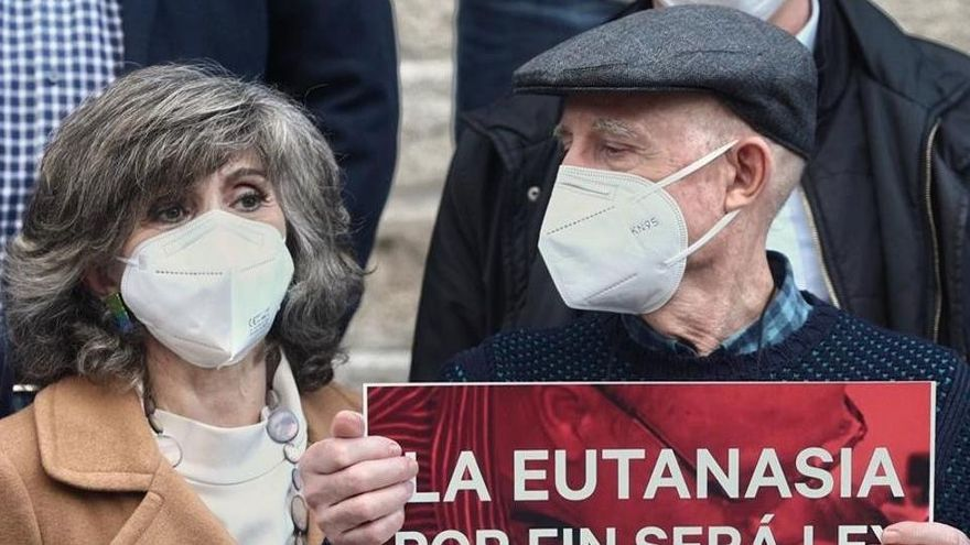 Un gesto de victoria ante el Congreso por la ley de eutanasia