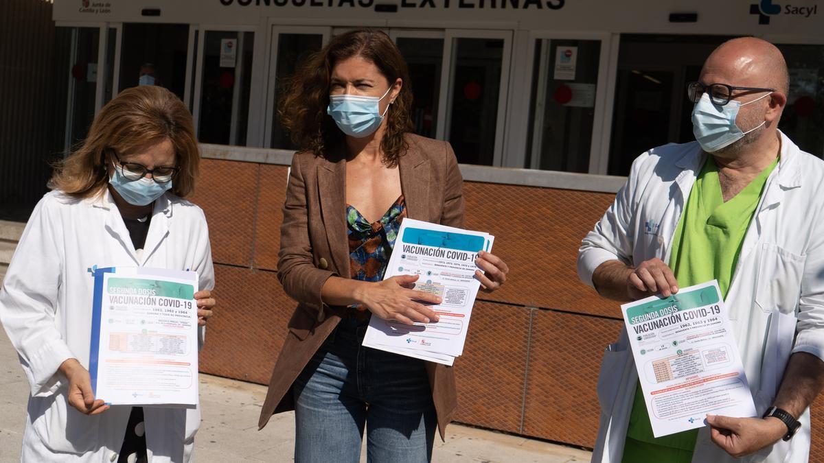 Montserrat Chimeno, Clara San Damián y Manuel Fraile presentan el calendario vacunal en el hospital Virgen de la Concha