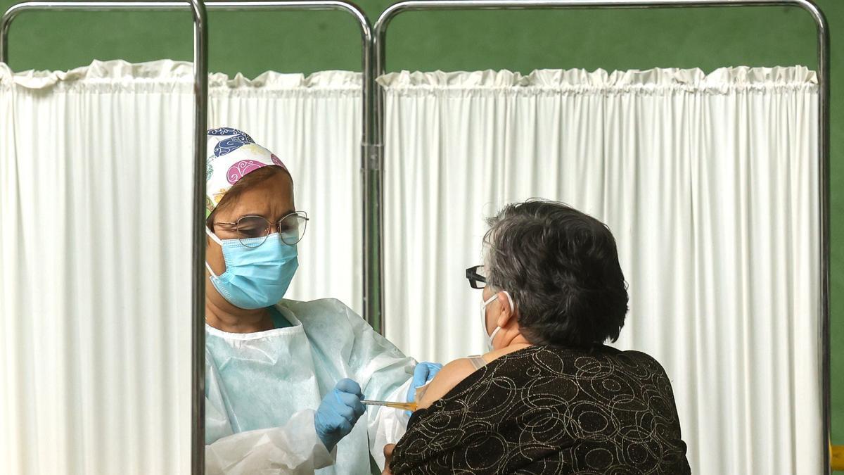 Una mujer es vacunada contra el COVID en Salamanca.