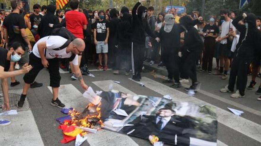 Cremen una foto de Pedro Sánchez i Aragonès a la protesta convocada per la CUP