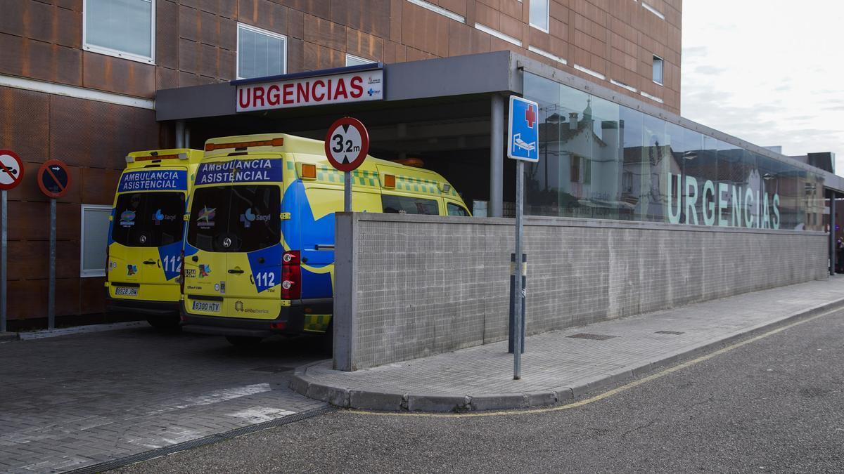 Ambulancias a las puertas del Hospital Virgen de la Concha de Zamora.