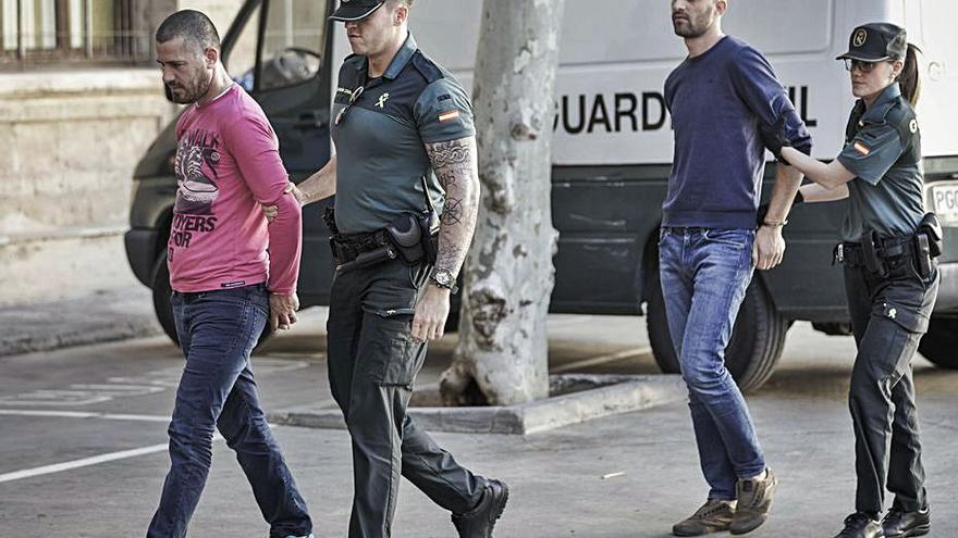 Piden 47 años de cárcel a cinco acusados de desvalijar 40 chalés