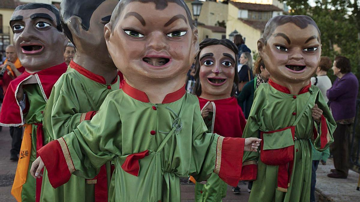 Gigantillas de la Asociación Tradición y Música Popular durante unas fiestas de San Pedro.