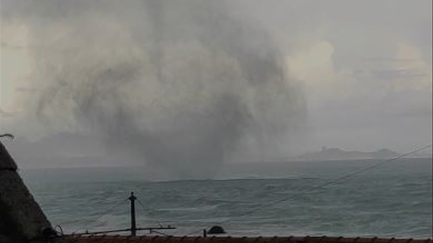 Una manga marina toca tierra en Alicante y causa daños en el paseo marítimo de Muchavista