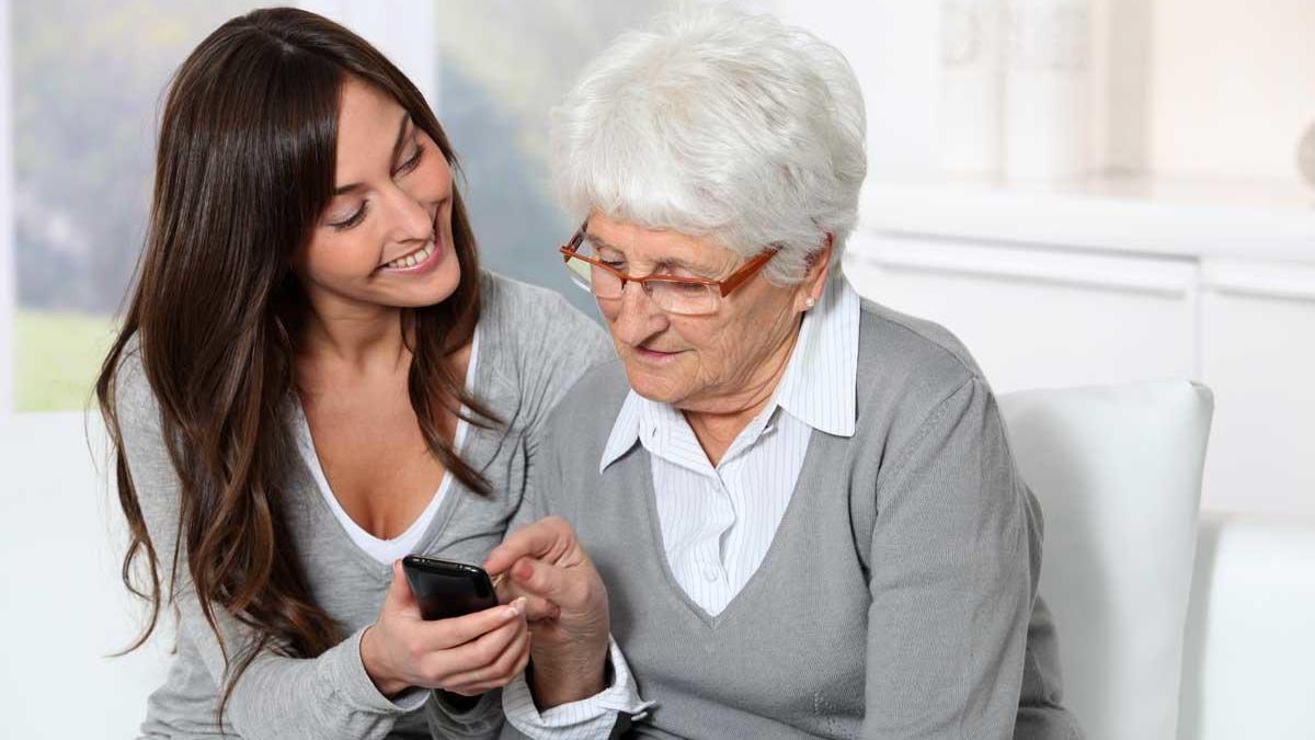 Una joven ayudando a una persona mayor.
