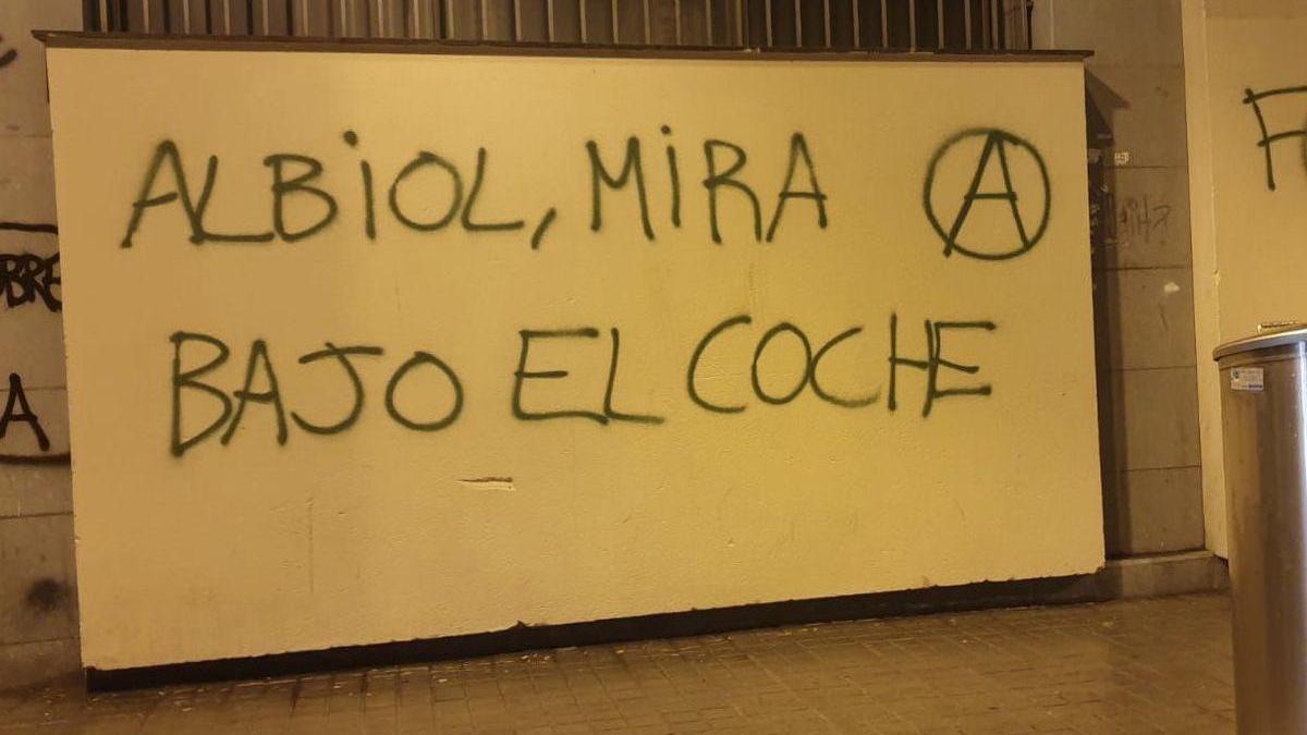 """""""Albiol, mira bajo el coche"""": la pintada callejera denunciada por el alcalde de Badalona"""