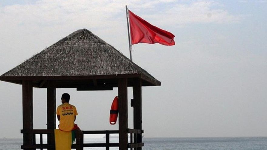 Bandera vermella en una desena de platges del litoral