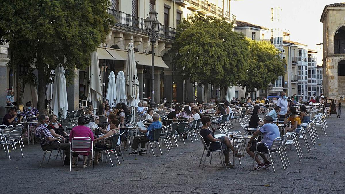 Decenas de personas en las terrazas de las cafeterías de la Plaza Mayor.   Jose Luis Fernández