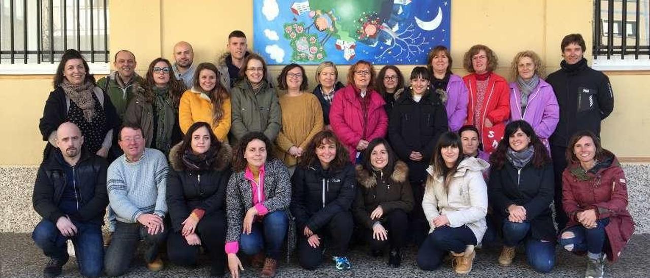 Marta Granda (en el centro, con chaqueta rosa) posa con el resto de maestros del colegio público Río Sella de Arriondas en su despedida ayer.