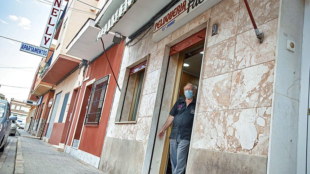 La peluquería de Fabián en San Antonio Abad es de los pocos comercios que quedan en el barrio. | IVÁN URQUÍZAR