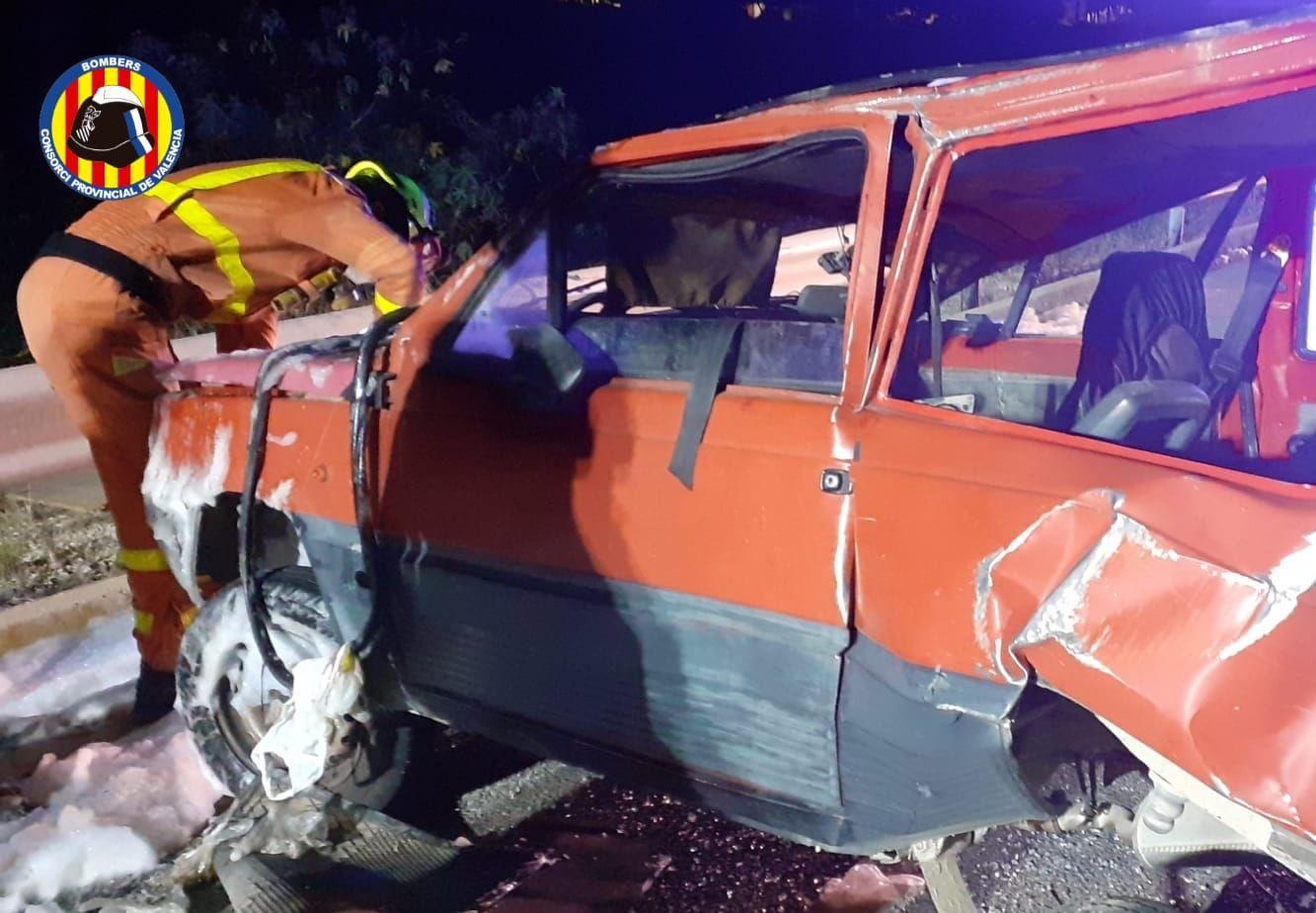 Los bomberos rescatan a una persona tras un brutal accidente de tráfico en la A-7, en Beneixida.