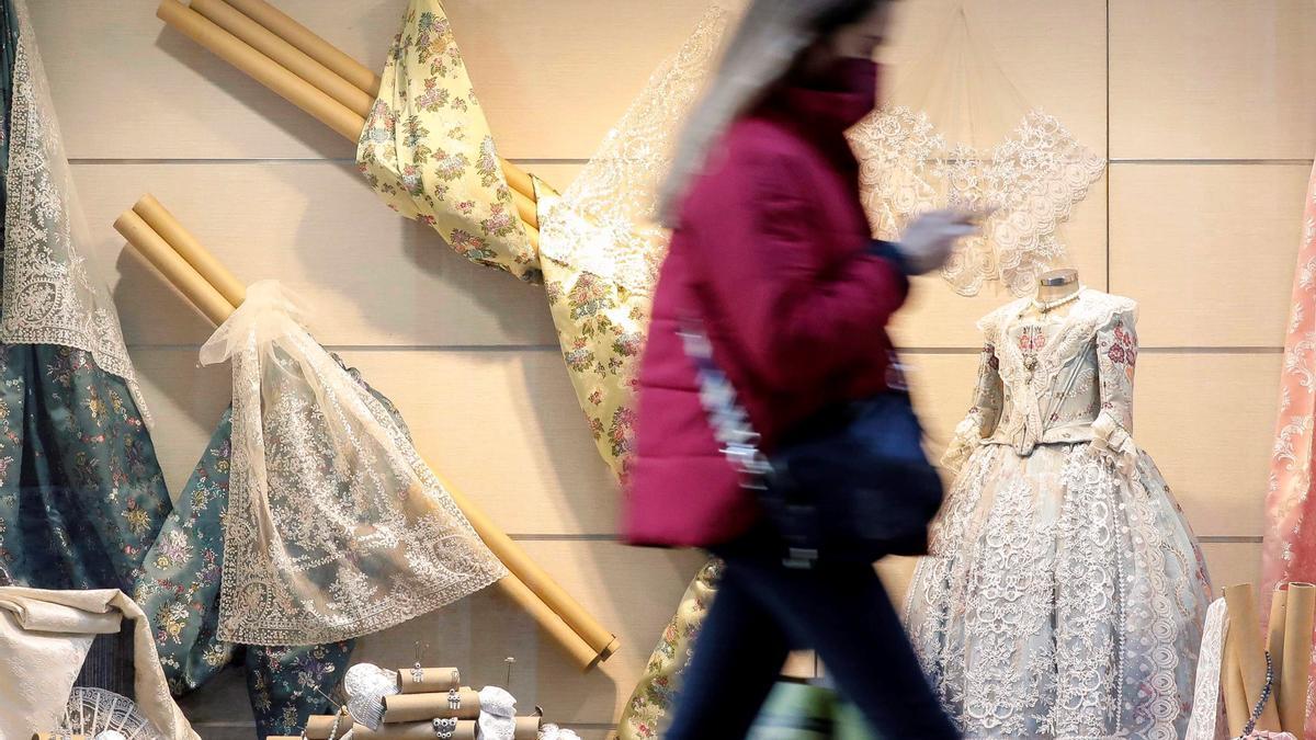 Escaparate de un comercio de indumentaria, con telas tradionales